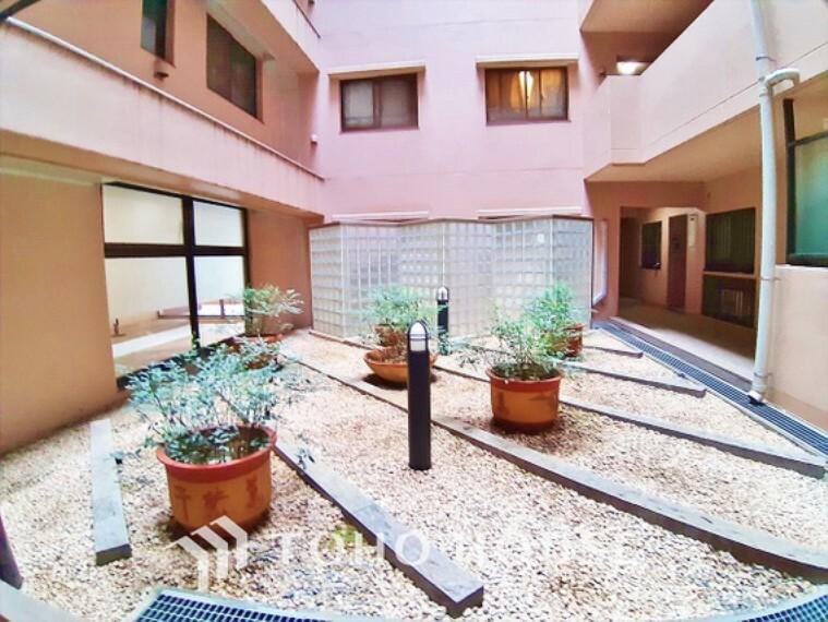 エントランスホール 【Entrance】1日の始まりは広く開放感がある玄関から。日の光が射す空間。