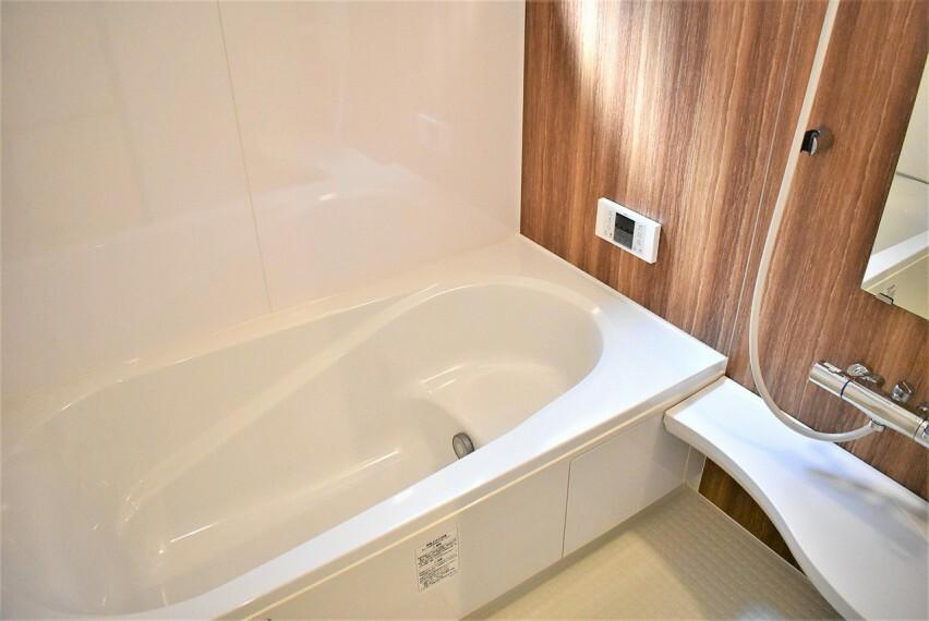 浴室 【防水性や保温性に優れたシステムバスルーム】 洗い場と脱衣所の段差が少なくバリアフリー、小さなお子様からお年を召した方まで安心してお風呂を楽しむことができお手入れも簡単