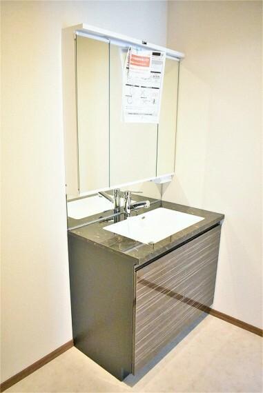 洗面化粧台 収納力と機能性に優れたお手入れラクラク三面鏡洗面化粧台です。朝の身支度もこれでスムーズです!