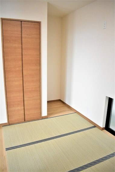 和室 琉球畳風のおしゃれな和室 しっかり収納があり便利です。やっぱり畳は落ち着きますね ゆったりとした時間を過ごせます。