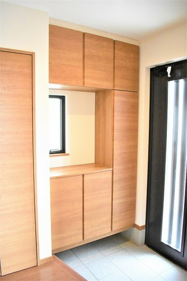 玄関 シューズボックス上にも小窓を設置することで、光が入りやすく、明るい玄関に。帰宅した瞬間から明るく清々しい気分になれるはず!