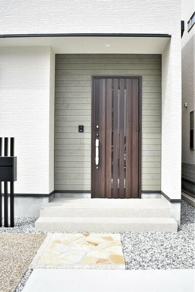 共用部・設備施設 【開放的なアプローチと玄関】お洒落な玄関ポーチはダウンライトで暗くなったご家族のお帰りを明るくお迎えしてくれます。