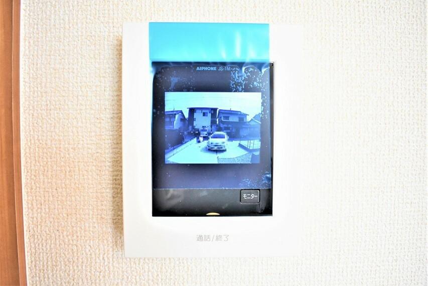 防犯設備 【TVモニター付インターホン】 留守中の来訪者画像を自動で録画・保存できる録画機能を内蔵。防犯性に優れた安心のシステム。スッキリとしたデザインで、誰でも簡単に操作していだけます。