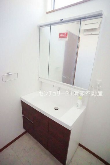 洗面化粧台 B号棟:三面鏡化粧台で忙しい朝の身支度もスムーズ(2021年07月撮影)