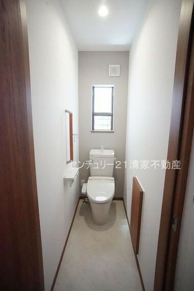 トイレ B号棟:手すりがついているため、ご年配の方も安心(2021年07月撮影)
