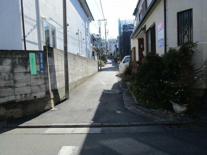 小学校前の道から物件への道路