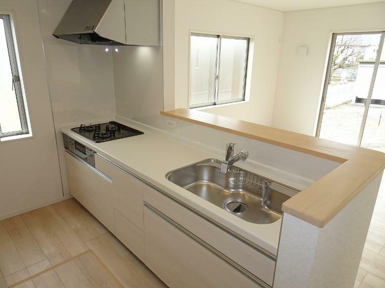 キッチンのワークトップはおしゃれな人造大理石を採用。キッチンもグッと明るくなります。