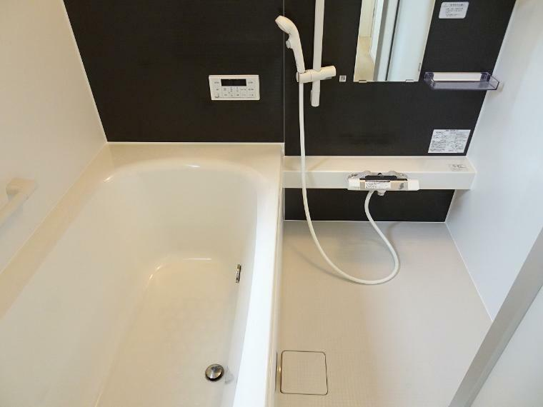 浴槽の広さは1坪タイプゆっくり肩まで浸かれます。落ち着いた雰囲気の浴室で1日の疲れも癒されます。