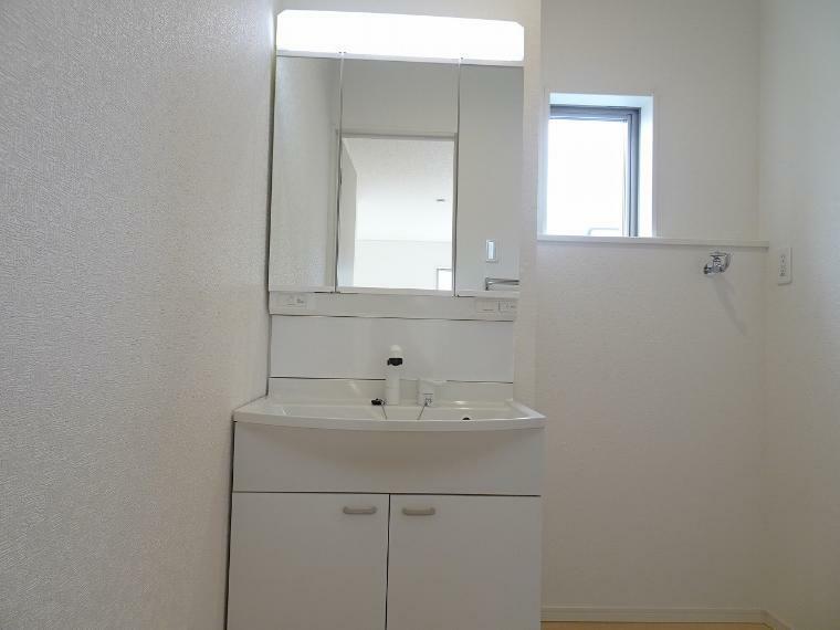 小窓から光が射し込み、明るい洗面脱衣室。<BR/>洗面台はシンプルですが、ハンドシャワーもついて機能的です。