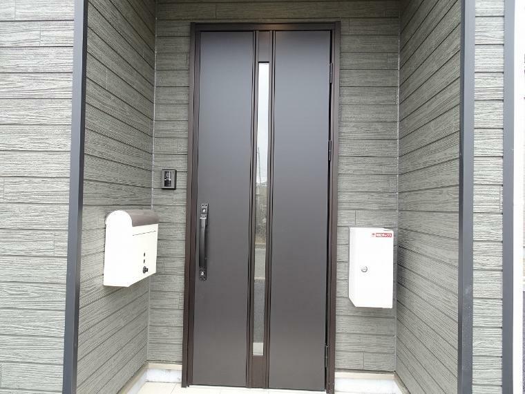 玄関ドアにはスリットが入っているので内側にも光が射し込み玄関も明るくなりますね。<BR/>鍵はカードやシールタイプでドアハンドルにかざすだけで自動で鍵が開け閉めできるお手軽なスタイル