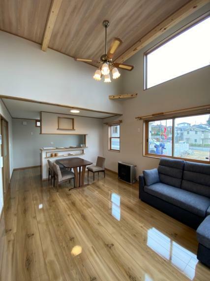 居間・リビング 高い天井に日当たりが良いリビングで家族の団らんスペースが明るくなります!!