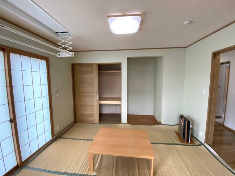 和室 日当たりが良く、落ち着きのある空間になりました。洗濯物を室内干しする際に重宝するホシヒメサマ付きの部屋です!!
