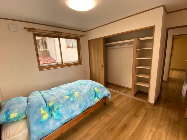 洋室 子ども部屋としても活躍する洋室。収納もついて物が増えても安心な空間です。