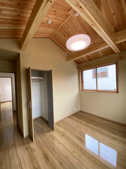 寝室 勾配天井で広さを感じる洋室。匠の蔵にもつながっていて、収納には困りません!!