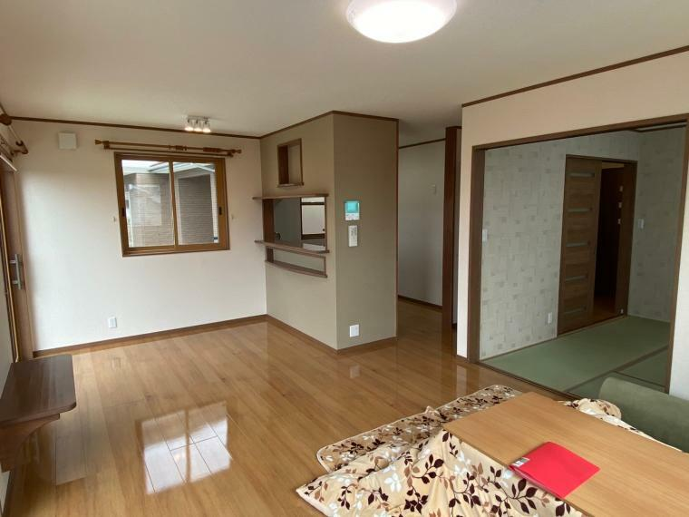 居間・リビング 大きな窓がついて光は入りやすく、明るく暖かい室内になっています。