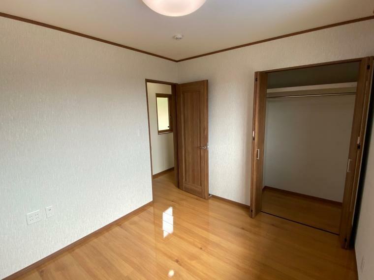 洋室 収納付き洋室。季節ものの洋服などの収納に適しています。