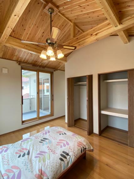 寝室 勾配天井の主寝室。バルコニーに出ることもでき、外の景色も眺められます。