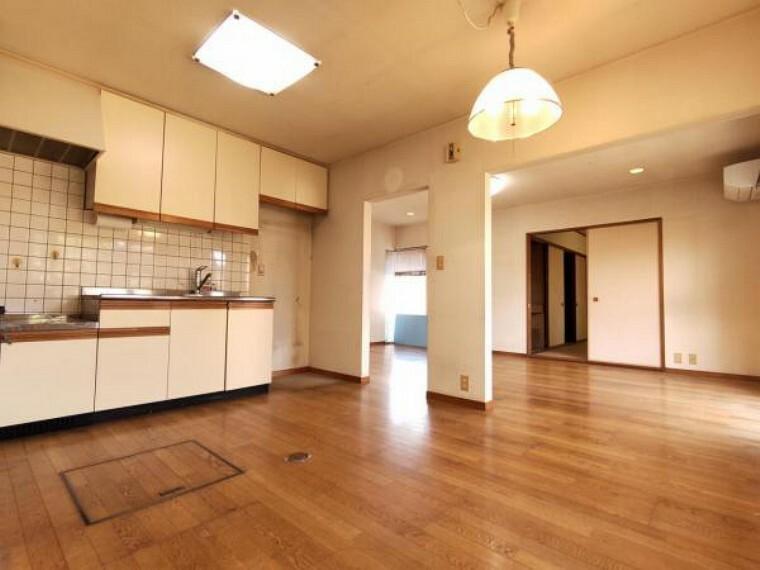 居間・リビング 【リフォーム中】既存のキッチンは撤去し、永大産業製システムキッチン新設を予定しております。クロス張替え、床フロア張り、照明交換をおこなう予定です。和室ともつながっており、襖を開けると開放的な空間が広がります。