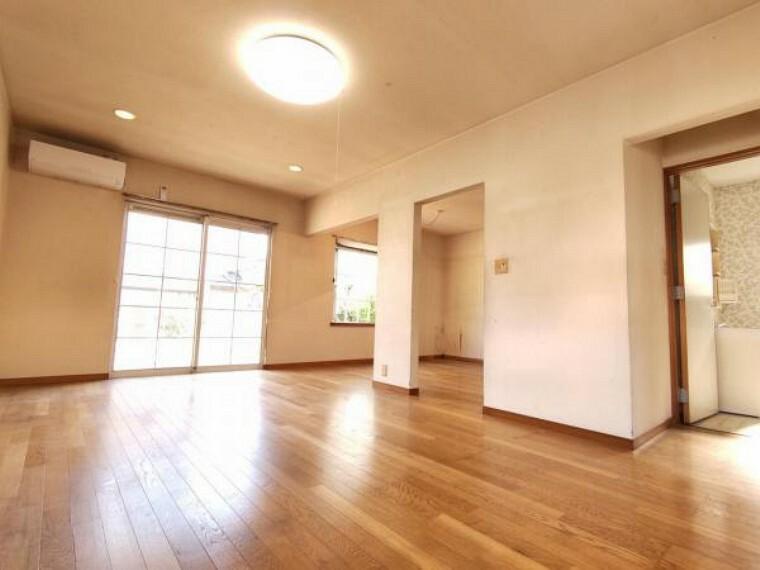 【リフォーム中】1階洋室11帖はDKとつなげてLDK新設予定です。大きな窓があるので、明るく過ごしやすい空間になります。
