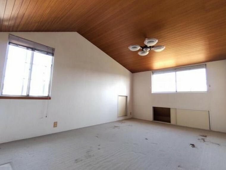 【リフォーム中】2階洋室11帖です。フロア重ね張り、クロス張替え、照明交換を予定しております。東向きなので主寝室に最適。朝の陽ざしで優しく目が覚めます。
