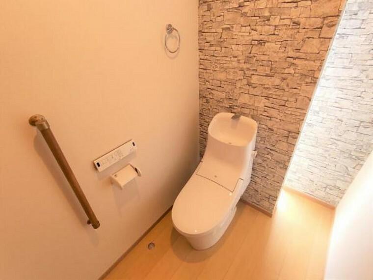 【リフォーム済】トイレはLIXIL製の温水洗浄機能付きに交換しました。キズや汚れが付きにくい加工が施してあるのでお手入れが簡単です。直接肌に触れるトイレは綺麗な方が嬉しいですよね。