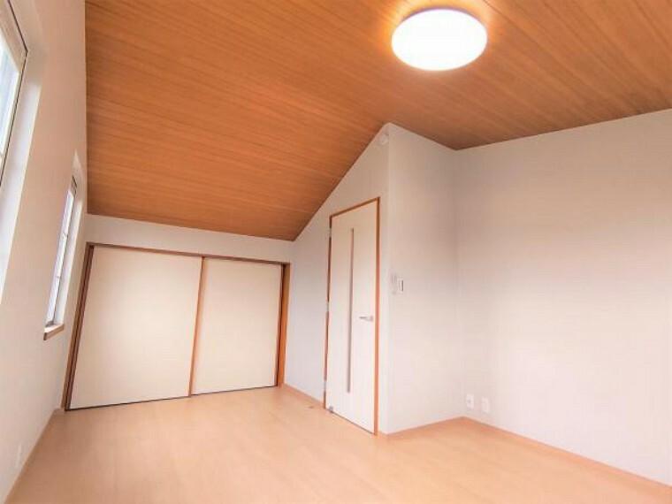 収納 【リフォーム済】2階8帖洋室についている納戸2.5帖です。クリーニングを行いました。少し小さ目ではありますが、やはり収納はあると便利です。かさばるコート類はこちらを利用してさっと片付けられます。