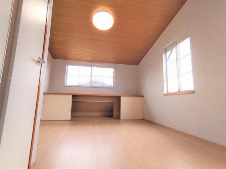 収納 【リフォーム済】2階8帖洋室にある地袋です。クリーニングを行いました。上は棚になっているので小物などを置けますね。