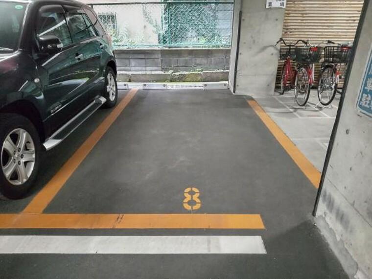 外観写真 8番の駐車場をお使い頂けます。幅が大きくないので軽自動車推奨となります。