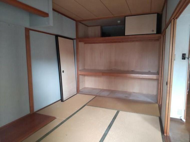 約6帖の和室です。押し入れがあるので布団などが収納できますね。
