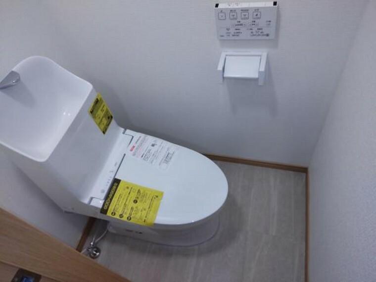 トイレ トイレはウォシュレットトイレへ新品交換します。直接お肌に触れる部分なので新品だと嬉しいですね。便座は温度調整ができるので、寒い冬場でも安心して利用できます