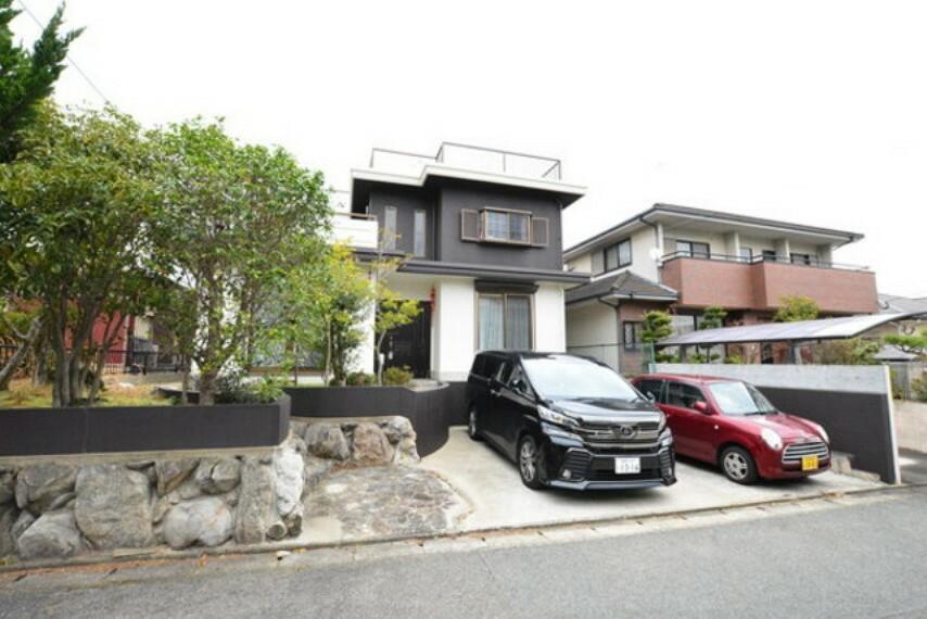 外観写真 美しい街並みに見事に調和された邸宅です。駐車場は2台並列可能です。
