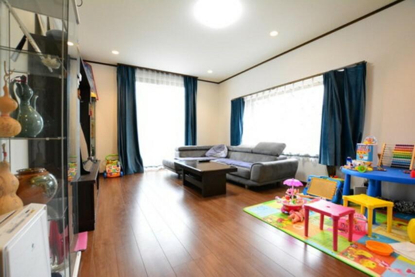 居間・リビング 陽当りの良いリビングです。大きなサッシから沢山陽の光が注いできます。