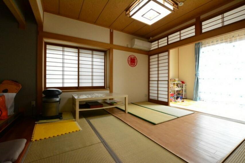 居間・リビング 8帖と大空間の和室がございます。来客時や法事などで活躍しそうです。
