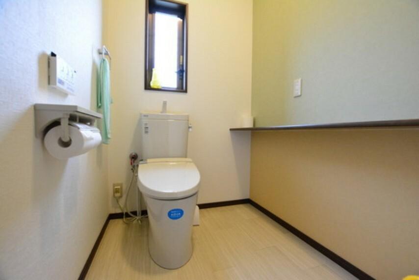 トイレ 1階トイレです。換気窓も棚もございます。広々とした空間が確保されています。