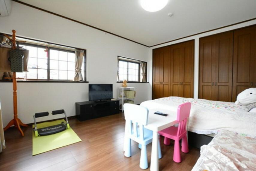 寝室 主寝室です。壁一面が収納となっておりますので非常に便利です。たっぷりとした広さがあります。