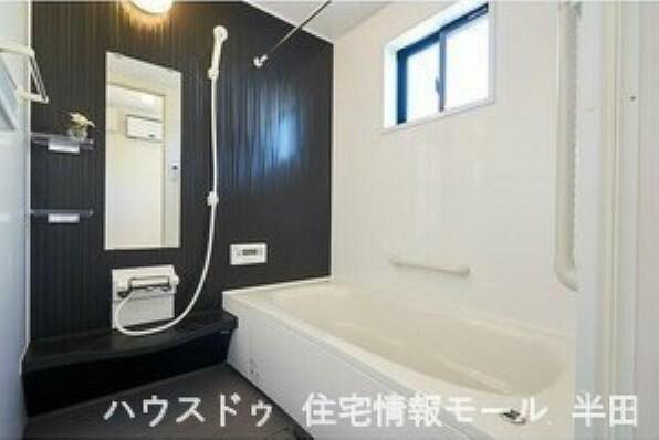 浴室 一日の疲れを癒す浴室はシックなカラーで落ち着いた空間
