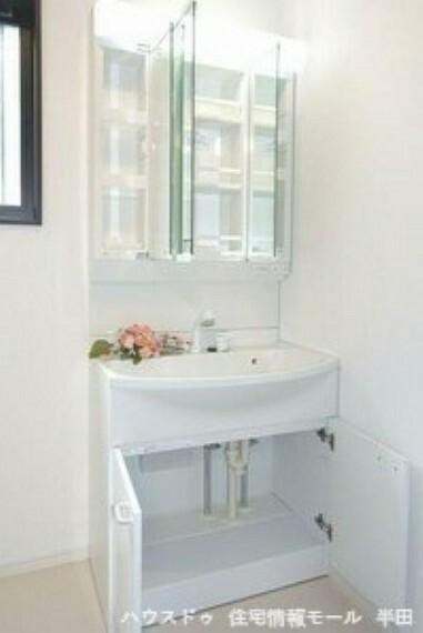洗面化粧台 鏡裏に収納が出来るタイプの洗面台 散らかりがちな洗面回りもスッキリできますね!