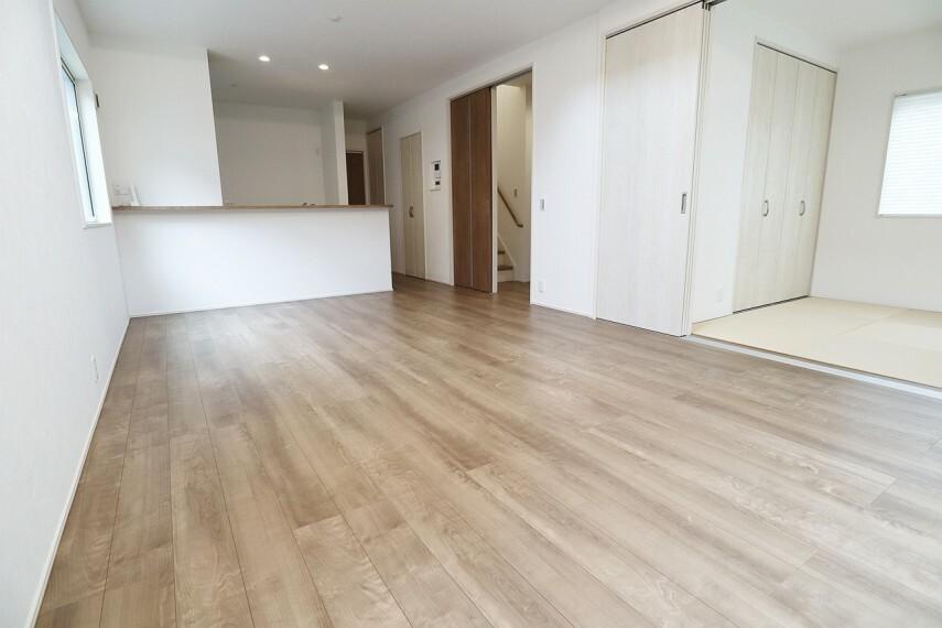居間・リビング 約18.25畳の広々とした明るいリビングです。