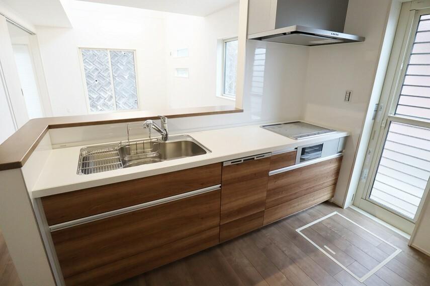 キッチン IHクッキングヒーター・食器洗浄乾燥機能付きのシステムキッチンです。