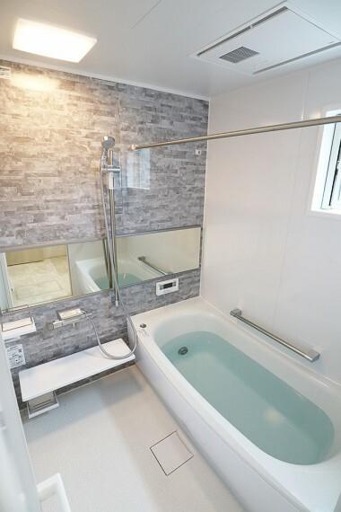 浴室 高断熱浴槽で、浴室乾燥機が付いています。