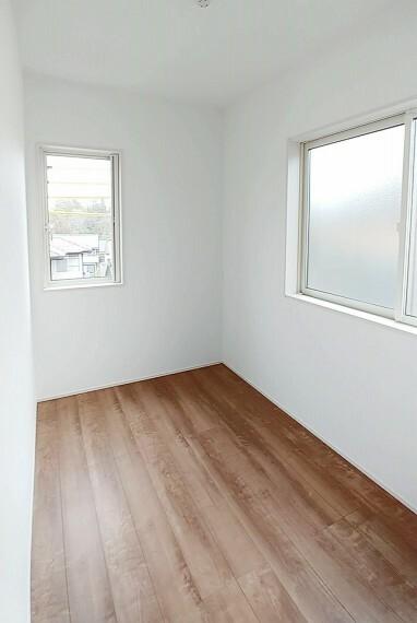 洋室 階段上がってすぐに約3畳ほどのフリールームがあります。