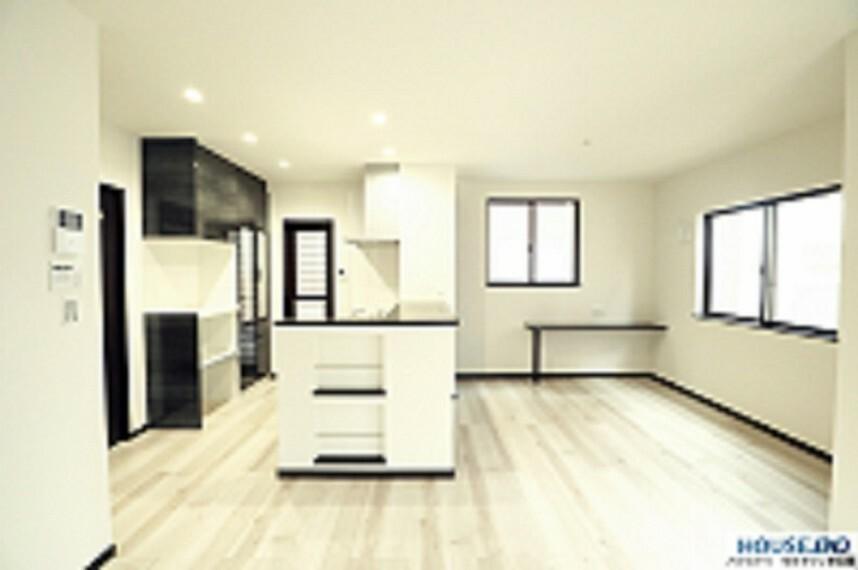 居間・リビング カウンターキッチンには収納がたくさんあります。 落ち着いた色合いです。