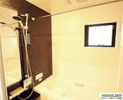 浴室 浴室乾燥機付き。窓もあり明るいです。