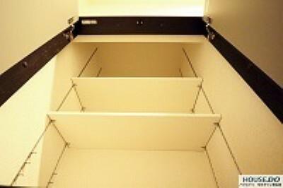 収納 2階廊下の収納棚