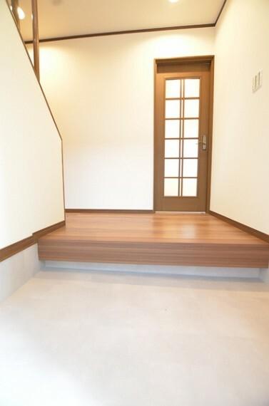 玄関 【玄関】 玄関スペースは広々としており、複数人でもゆとりを持ってお使い頂けます。 大勢のお客様が来ても対応可能です。