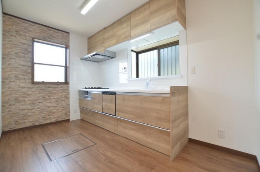 キッチン 【キッチン】 小窓からの採光もしっかり確保された明るく心地良いスペースとなっております。 調理スペースは十分広く、食器棚や冷蔵庫を置いても余裕がございます。