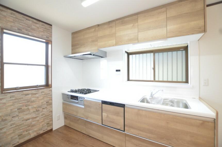 キッチン 【キッチン】 ウッド調のシンプルでお洒落なデザインとなっております。 収納が充実しておりますので、様々な調理器具をスッキリとしまえます。 水回りも広く、食洗機付きと機能的なキッチンです。