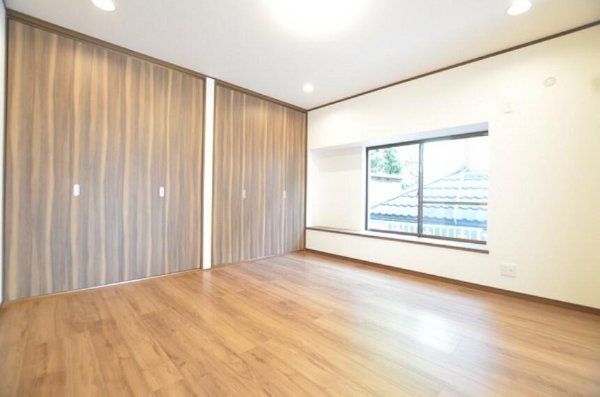 居間・リビング 【リビング】 リノベーション済みで大変綺麗な状態のリビングでございます。 日々の暮らしを豊かにしてくれる、明るく開放感のあるお部屋となっております。