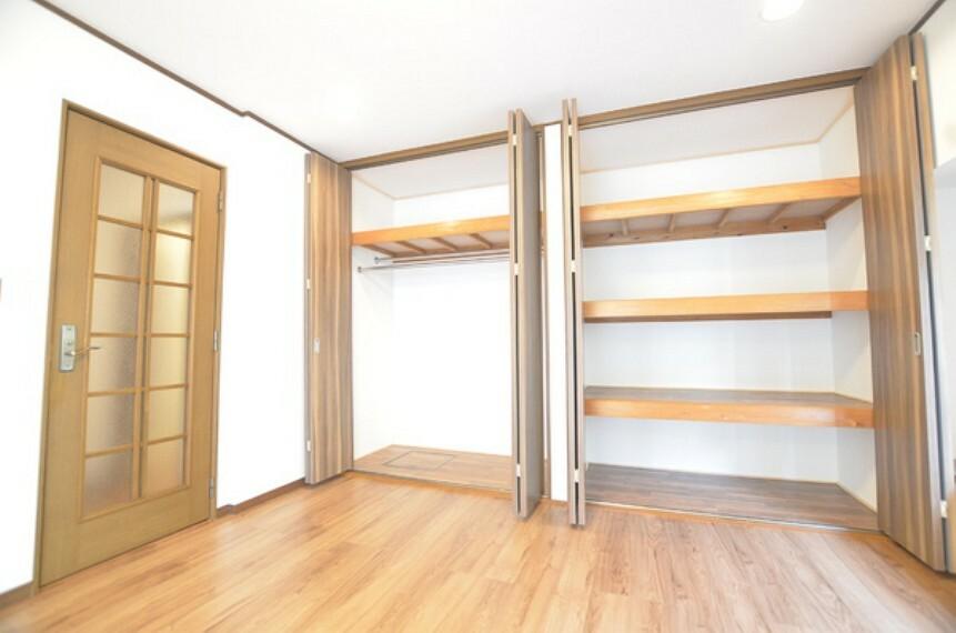 居間・リビング 【リビング収納】 リビングには大容量のクローゼットがございます。 高も十分あり、お洋服はもちろん、シーズン物など様々な物が収納可能です。 お部屋全体をスッキリとお使い頂けます。