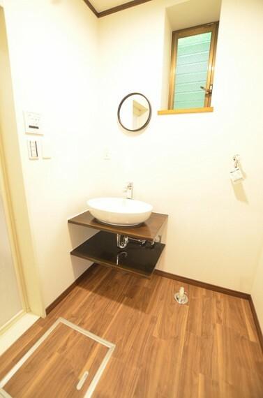 洗面化粧台 【洗面所&脱衣所】 まるでお店のようなスッキリとしたシンプルな洗面所となっております。 脱衣所は洗濯機を置いても十分なスペースがございます、是非一度実際にご覧くださいませ。